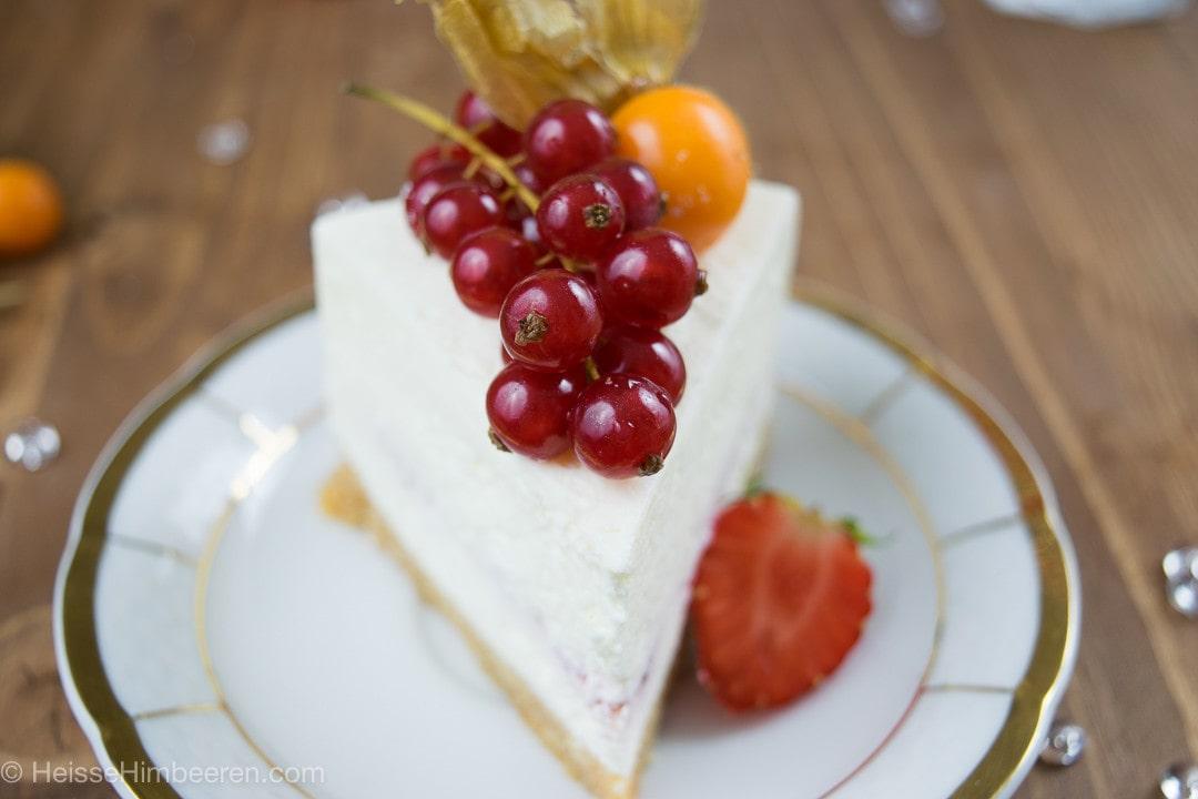 Ein Stück No bake Cheesecake mit Johannisbeeren und einer Physalis