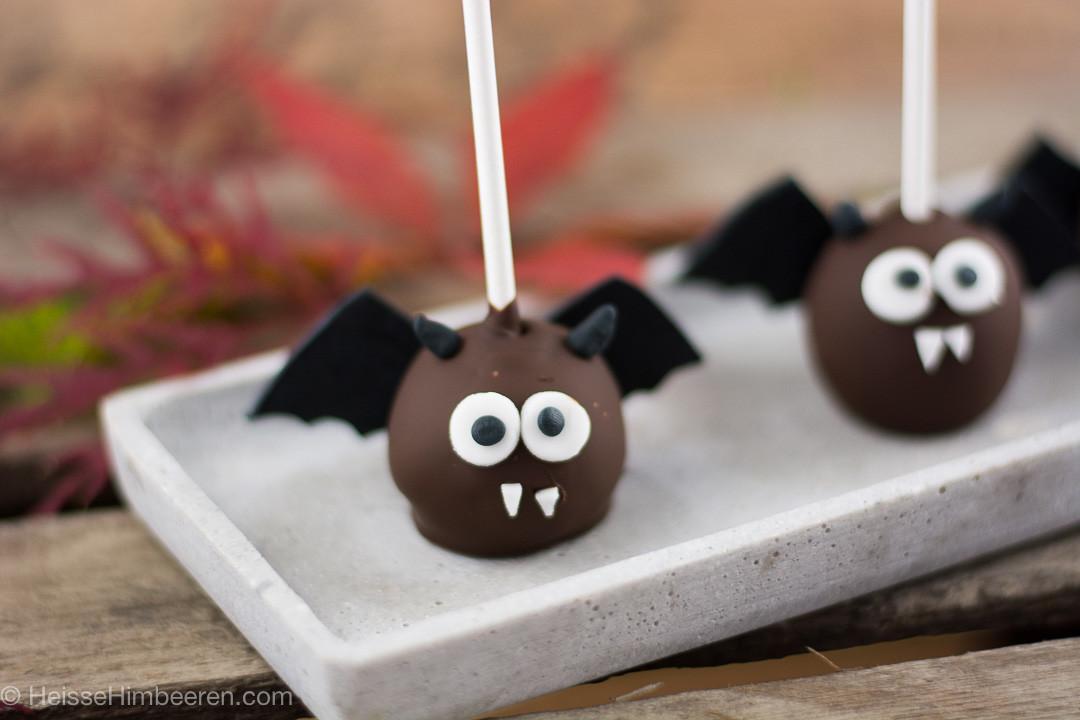 Zwei Halloween Cake Pops auf einem länglichen Teller