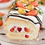 Frühlingshafte Biskuitrolle mit Erdbeeren und Blätterkrokant Eiern