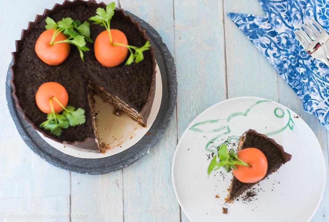 Karottenkuchen mit Frischkäsecreme und Schokozaun
