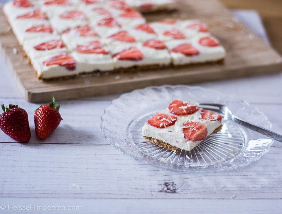 Cremig fruchtig leckere Erdbeer Cheesecake Schnitten mit Amarettini Boden – wenns mal wieder schneller gehen muss