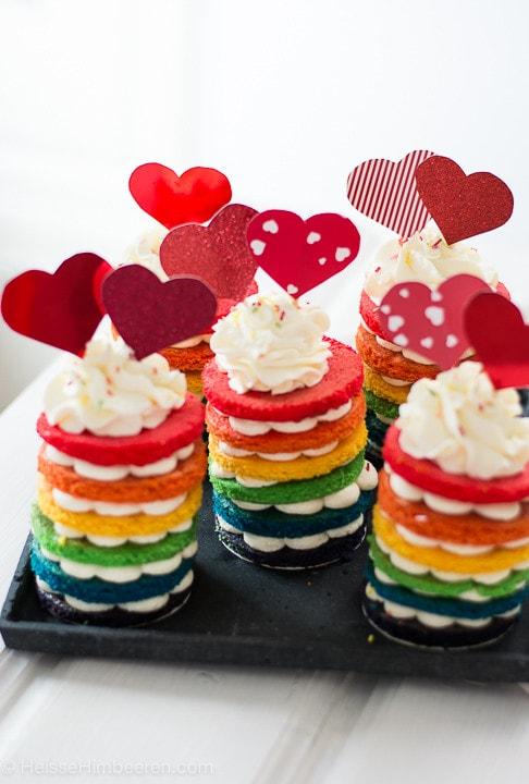 Bunte Regenbogenkuchen mit einer leichten Frischkäse Creme – es lebe die Gleichberechtigung