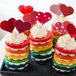 Bunte Regenbogen Törtchen mit einer leichten Frischkäse Creme – es lebe die Gleichberechtigung