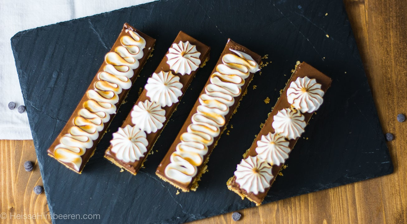 S`mores Bars – knuspriger Butterkeksboden mit samtiger Schokoladencreme und geröstetem Marshmallow Baiser on Top, ein amerikanischer Klassiker neu interpretiert