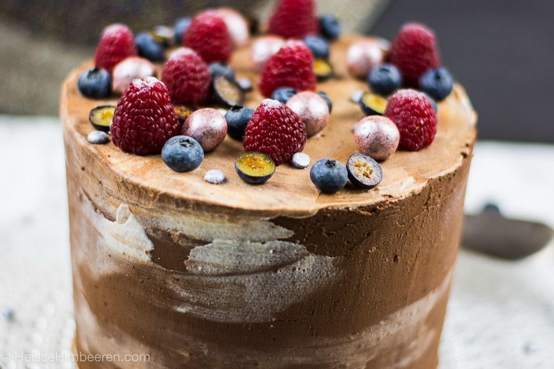 Schokotorte mit Beeren – verfeinert mit Lebkuchengewürz und gefüllt mit einer leckeren Vanille Creme