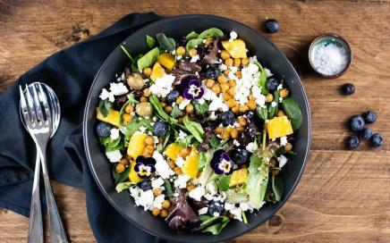 Sommerlicher Salat mit Mango und Kichererbsen