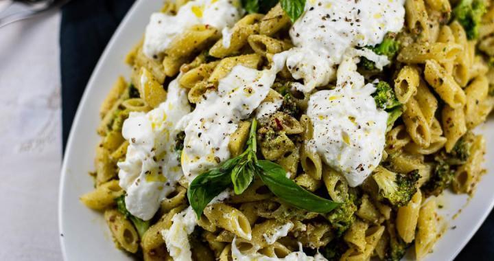 Nudeln mit grünem Pesto