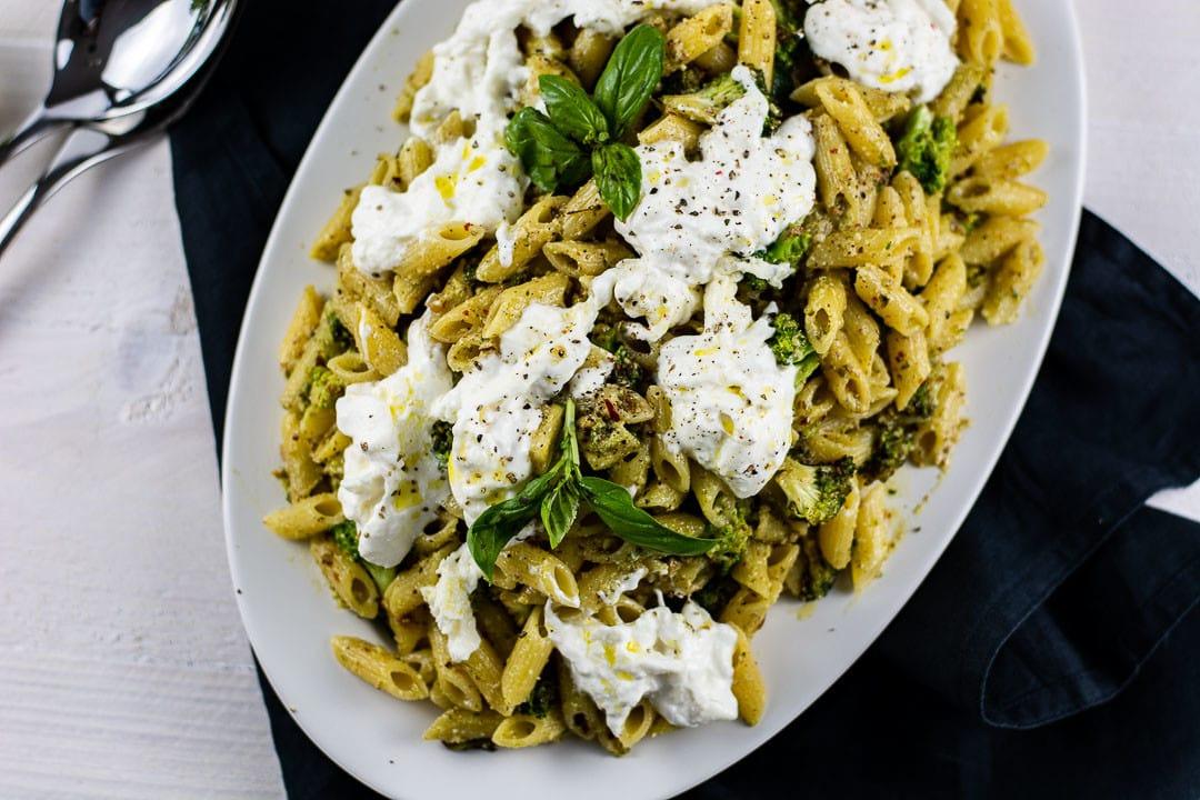 10 Minuten Nudelgericht mit grünem Pesto und Burrata