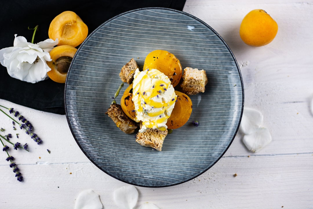 Schnelles Dessert mit gegrillten Aprikosen, Vanilleeis und Cantuccini
