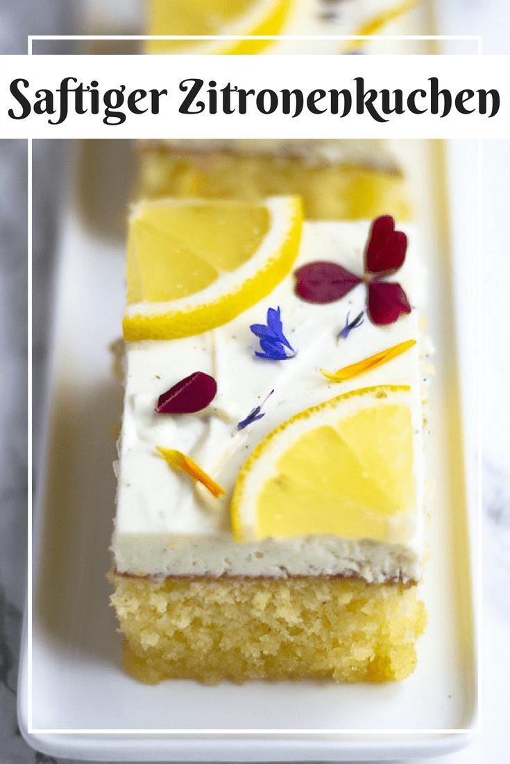 Was gibt es besseres, als ein Stück leckeren Zitronenkuchen? Ein Stück Zitronenkuchen mit einer saftigen Quarkcreme! Besonders saftig wird der Zitronenkuchen dadurch, dass er direkt nach dem Backen mit warmem Zucker-Zitronensirup getränkt wird. Direkt aus dem Kühlschrank serviert schmeckt der Zitronenkuchen herrlich erfrischend und sommerlich lecker. #zitronenkuchen #kuchen #backen #rezept #sommer