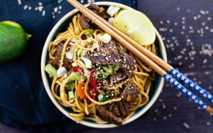 Asia Nudeln mit Rindfleisch und Broccoli