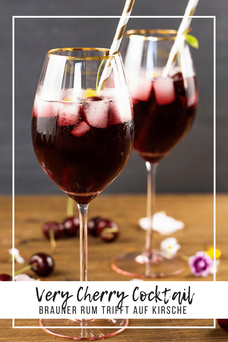 Aromatischer Rum trifft auf gehaltvolles Kirschwasser, Mandelsirup und Kirschsaft. Optisch und Aromatisch der perfekte Cocktail für den Herbst. #cocktail #rum #kirschen #drinks #heissehimbeeren