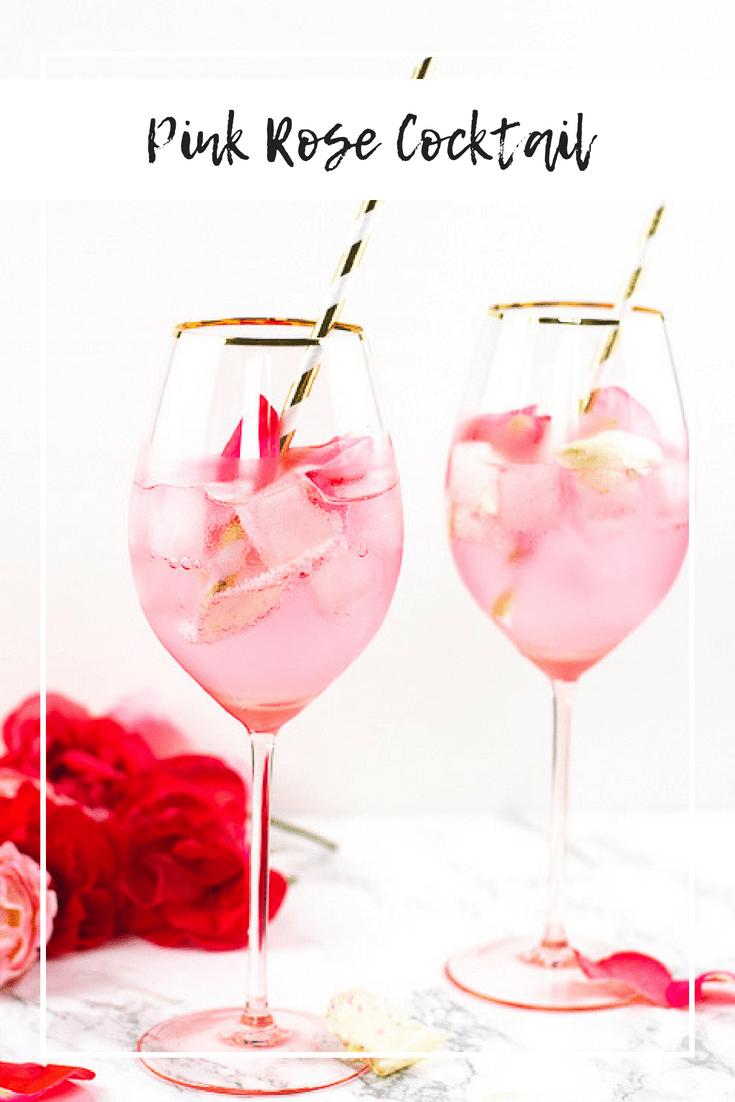 Rosenwasser, Himbeeren und echte Rosenblätter. Daraus entsteht einer der leckersten Spätsommer Cocktails überhaupt. Wild Berry Limonade verleiht dem Cocktail eine herbe Note und gleicht das pudrige Aroma des Rosenwassers optimal aus. Frische Himbeeren bringen die nötige Säure mit ins Spiel und runden den Cocktail wunderbar ab. Mit einigen Rosenblättern dekoriert wird aus einem leckeren Cocktail ein echter Hingucker und Publikumsliebling! #cocktail #aperitiv #rose #drink
