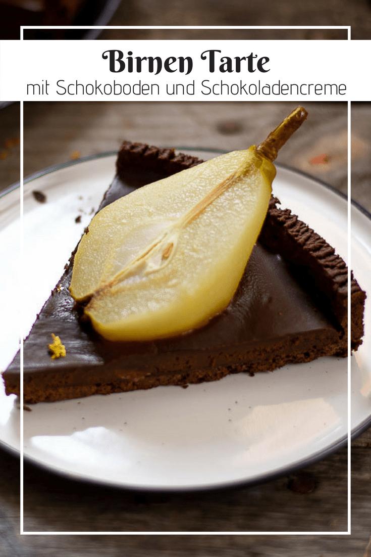 Es ist Birnensaison! Was ist da besser, als einen leckeren Kuchen daraus zu backen? Kombiniert man saftige, pochierte Birnen mit einem Bett aus Schokocreme mit einem knusprigen Schokoladenboden. Der perfekte Spätsommer-Kuchen für alle Schokoladenliebhaber. #schokolade #schokokuchen #tarte #birnenkuchen#kuchen #tarte #schokolade #birnenkuchen #schokotarte #birnen