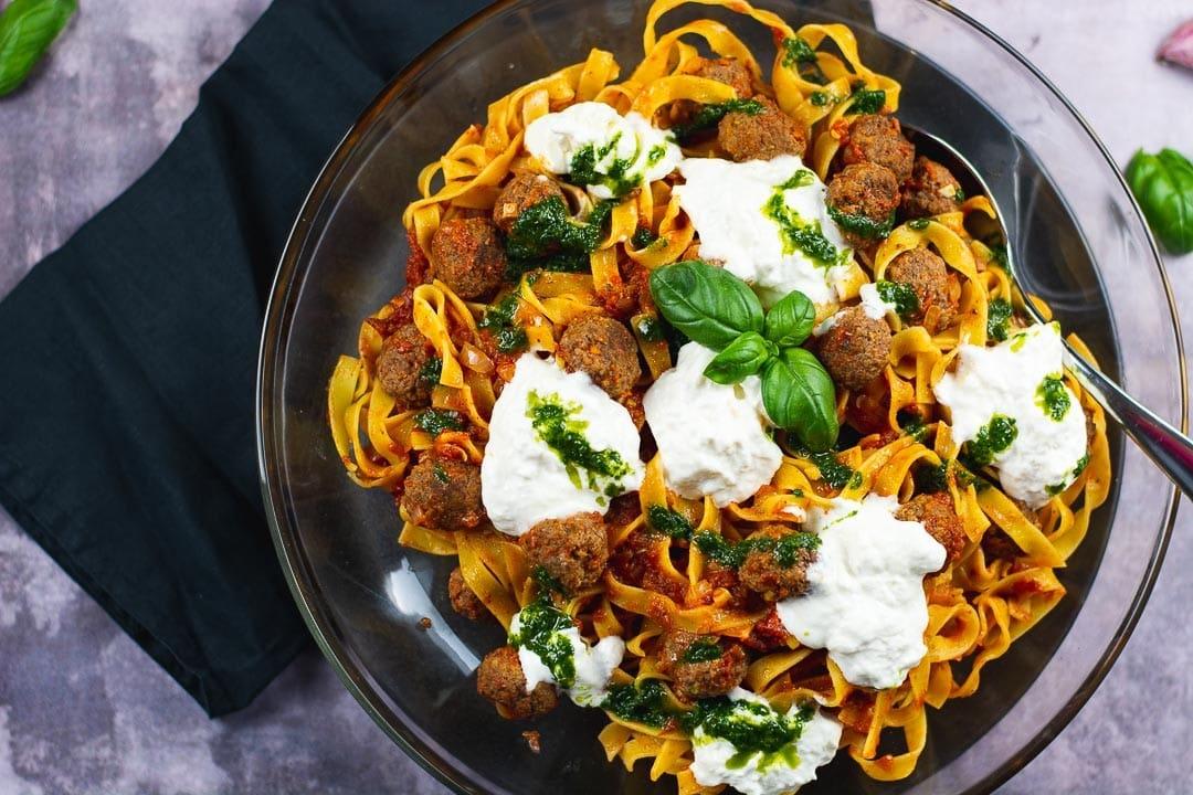 Tagliatelle mit Fleischbällchen und würziger Tomatensauce