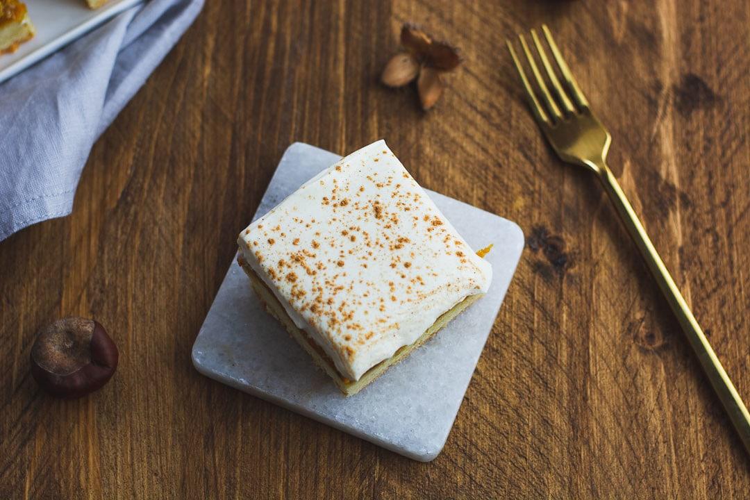 Ein Stück Pumpkin Spice Kuchen mit einer goldenen Gabel
