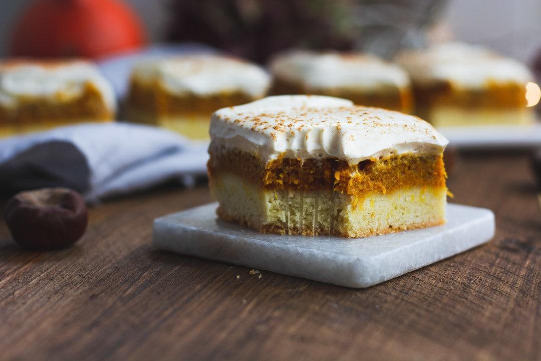 Ein Stück Pumpkin Spice Kuchen. Es fehlt ein Stück
