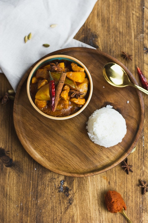Ein Teller Curry und Reis mit einem Löffel