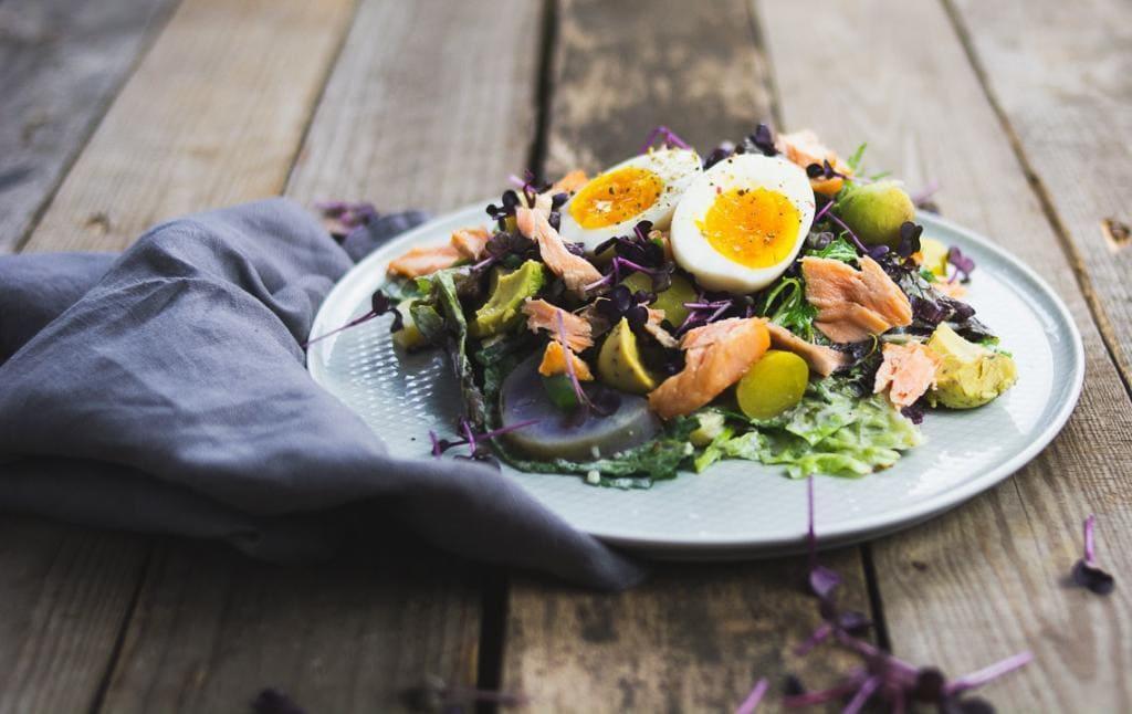 Gemischter Salat mit Lachs und Ei