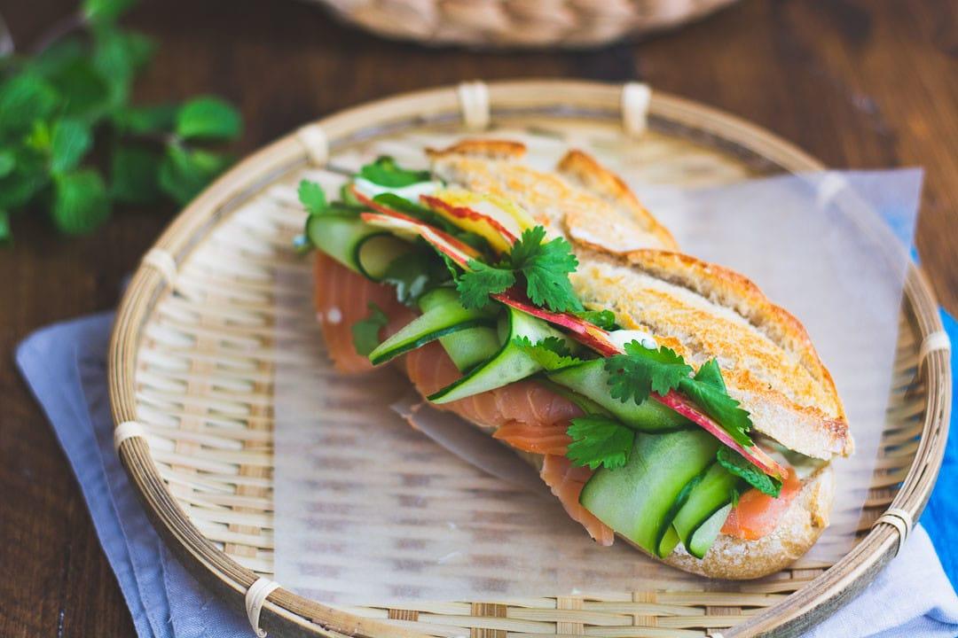 Ein Lachs Sandwich auf einem Baskkörbchen