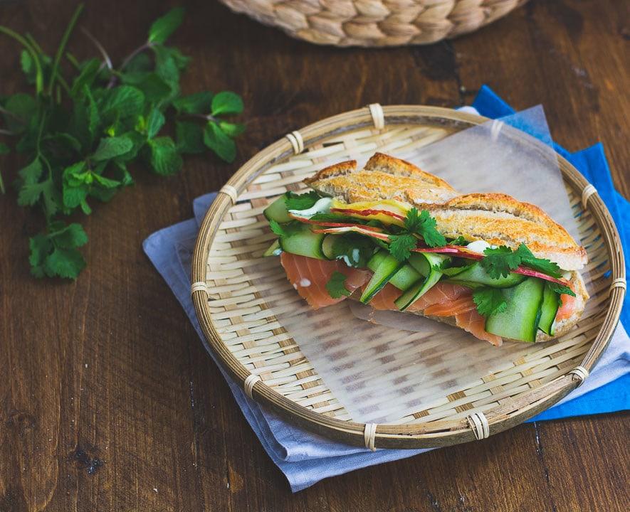 Ein volles Lachs Sandwich auf einem Holztisch