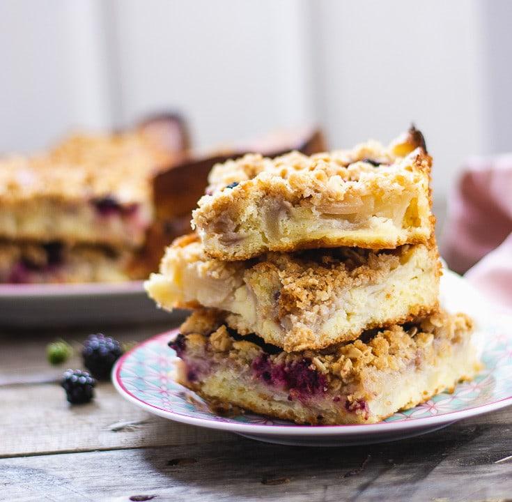 Drei Stücke Birnen Streuselkuchen auf einem Teller