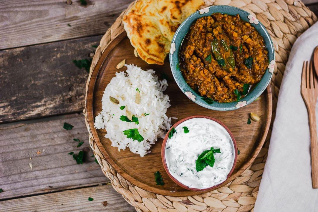 Dal Naan und Reis von oben auf einem Teller