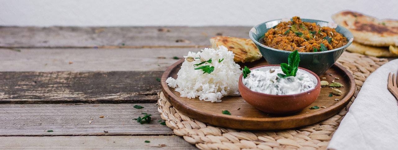 Dal Naan und Reis auf einem Holzteller