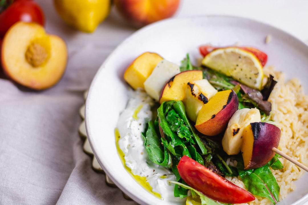 Sommersalat Bowl mit gegrilltem Halloumi und Pfirsich