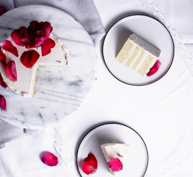 Ein Stück Geburtstagskuchen auf einem Teller