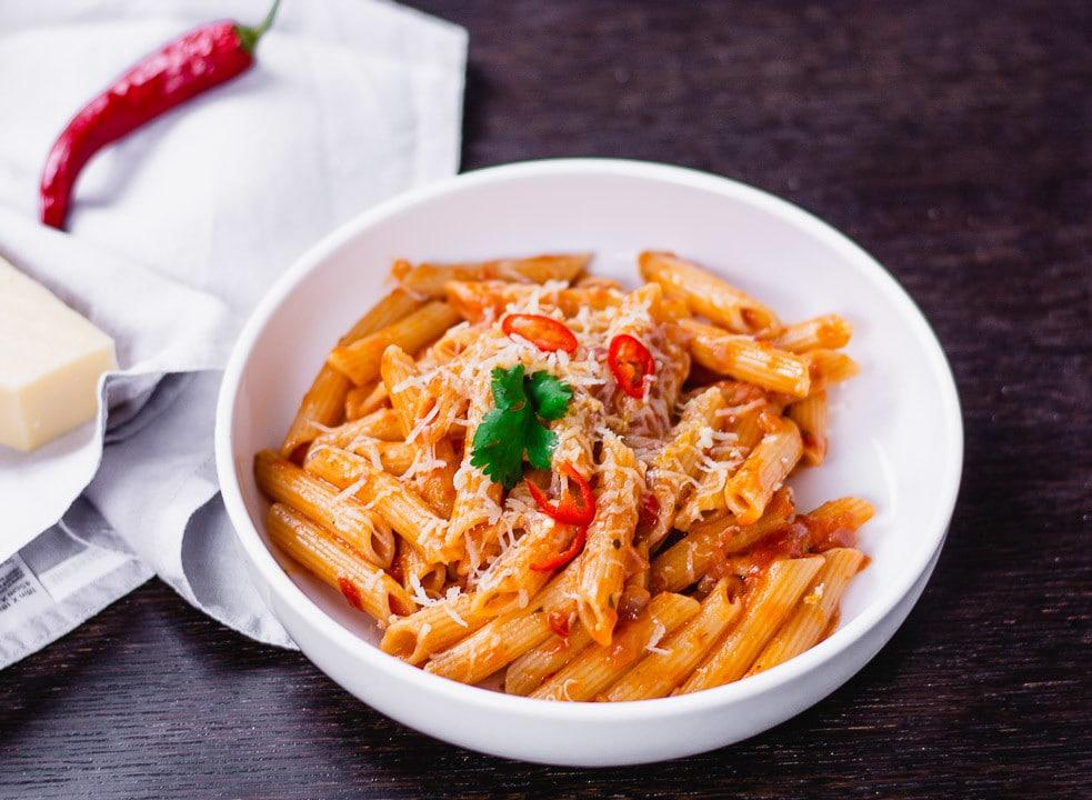 One Pot Pasta Arrabiata in einem weißen Teller