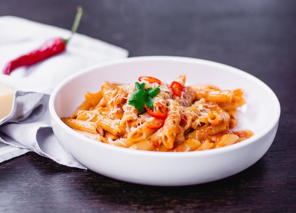 One Pot Pasta Arrabiata auf einem schwarzen Tisch