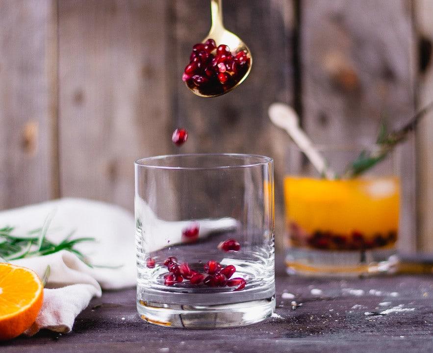 Cranberries werden in ein Glas gefüllt