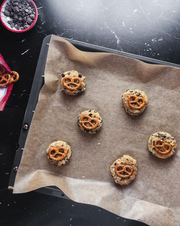Fertige Cookies dekoriert mit Brezeln fertig zum Backen