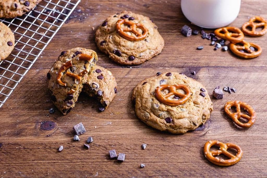 Chocolate Chip Cookies mit Brezel Dekoration