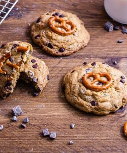 Chocolate Chip Cookies mit Brezel Dekoration