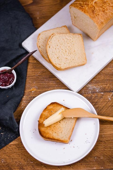 Toastbrot Flatlay mit Butter und Messer
