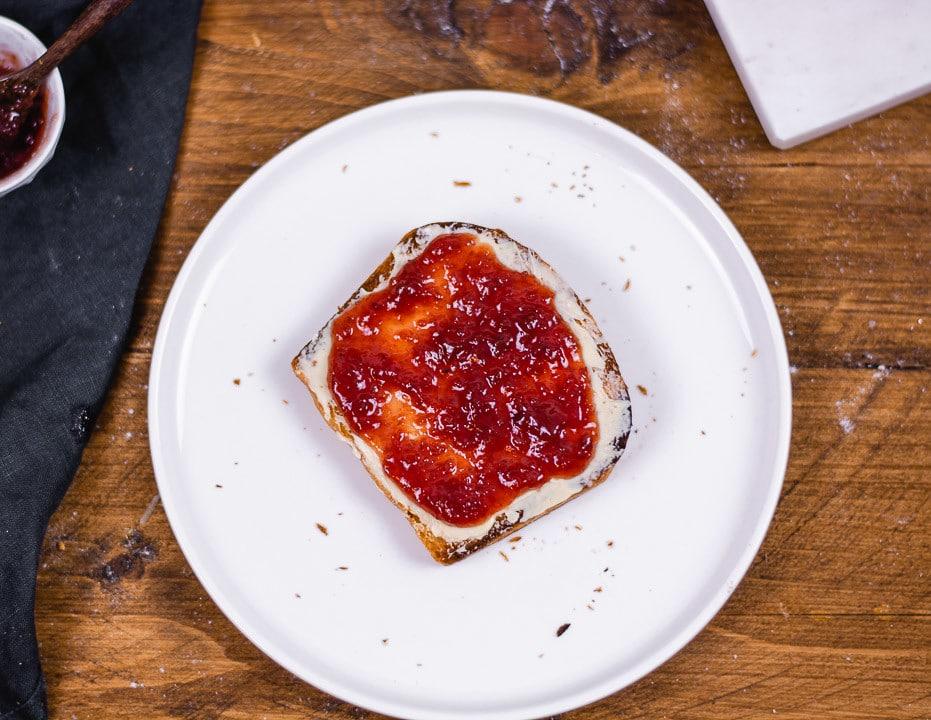 Toastbrot Flatlay mit Butter und Marmelade, getoastet