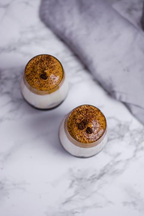 Zwei Dalgona Cocktails von oben. Man sieht den Dalgona und Espressobohnen auf dem Cocktail