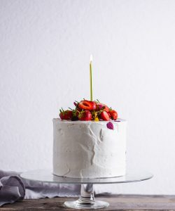 Geburtstagskuchen weiß mit Erdbeeren