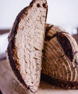 Sauerteigbrot angeschnitten halbes Brot im Anschnitt