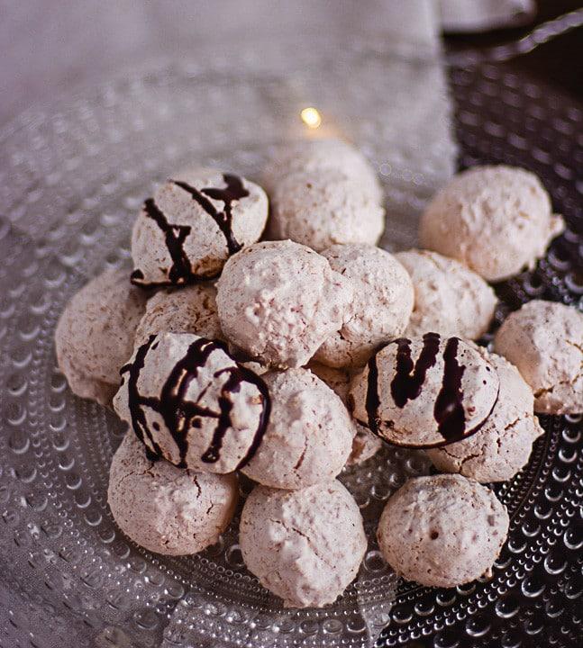 Kokosmakronen mit und ohne Schokolade auf einem Teller