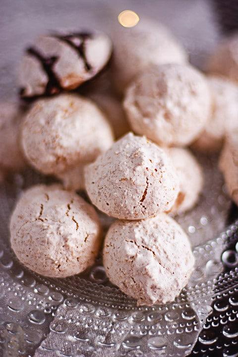 Kokosmakronen in der Nahaufnahme. Hinten sieht man eine Kokosmakrone mit Schokoladenschlieren