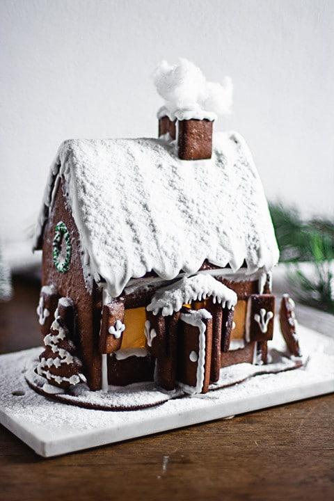 Lebkuchenhaus mit einem verschneiten Dach und Kamin