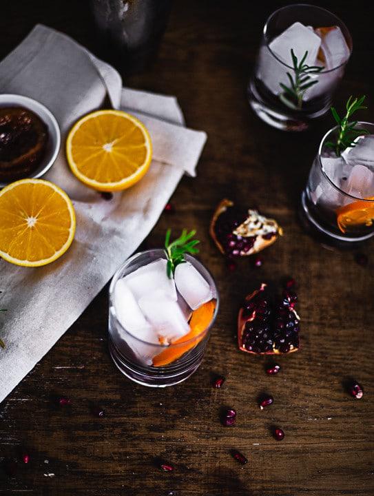Ein Glas mit Eiswürfel und einer Orangenscheibe