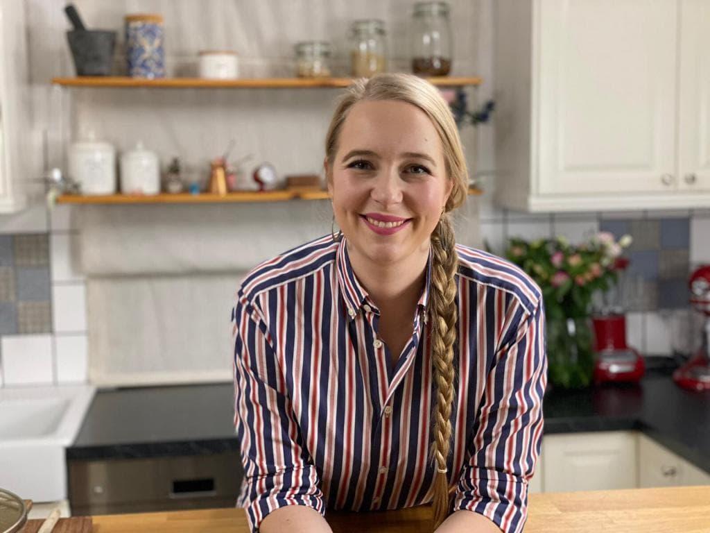 Annelie Ulrich steht in der Küche.