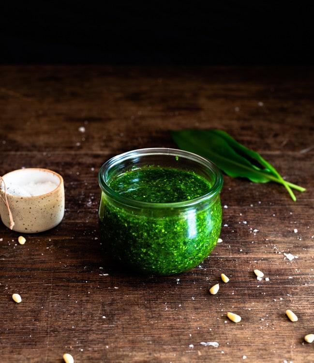 Bärlauchpesto im Glas mit einer dünnen Schicht Olivenöl um es luftdicht abzuschließen.