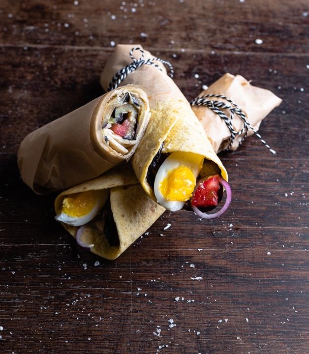Wraps gefüllt mit Aubergine, Hummus, Tahini, Ei, Tomate und Zwiebeln.