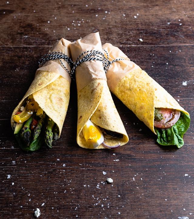 Drei vegetarische Wraps mit unterschiedlicher Füllung