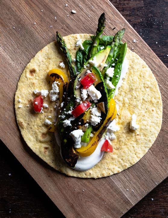 Wrap, gefüllt mit gegrilltem Gemüse und Feta, noch nicht aufgerollt